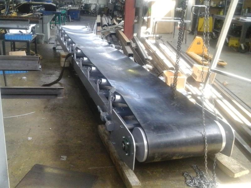 Рабочий у конвейера при сборке механизма фольксваген транспортер купить в липецкой области